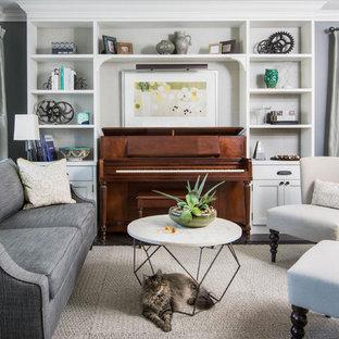 Imagen de sala de estar con rincón musical clásica renovada, pequeña, con paredes grises, suelo de madera oscura y suelo marrón