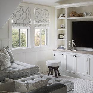 Imagen de sala de estar clásica renovada, pequeña, con paredes blancas y televisor colgado en la pared