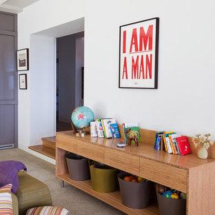 Свежая идея для дизайна: гостиная комната в современном стиле с белыми стенами и ковровым покрытием - отличное фото интерьера