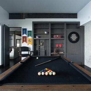 Ispirazione per un grande soggiorno moderno chiuso con sala giochi, pareti bianche, parquet scuro e nessun camino