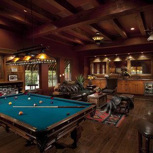 Aménagement d'une salle de séjour sud-ouest américain avec salle de jeu.