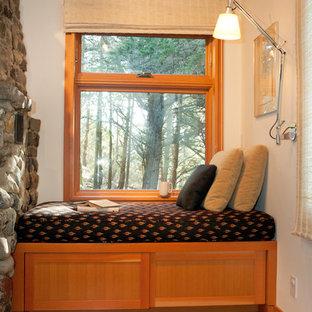 Immagine di un piccolo soggiorno contemporaneo aperto con pavimento in legno massello medio, cornice del camino in pietra, pareti bianche, stufa a legna e nessuna TV