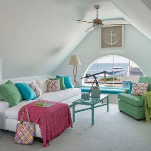 プロビデンスの中サイズのビーチスタイルのおしゃれなファミリールーム (淡色無垢フローリング、暖炉なし、テレビなし、白い壁) の写真
