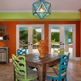 マイアミの大きいビーチスタイルのおしゃれなファミリールーム (緑の壁、トラバーチンの床、壁掛け型テレビ、ベージュの床) の写真