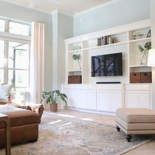 Idée de décoration pour une grande salle de séjour design ouverte avec un mur vert, un sol en travertin, un téléviseur encastré et un sol beige.
