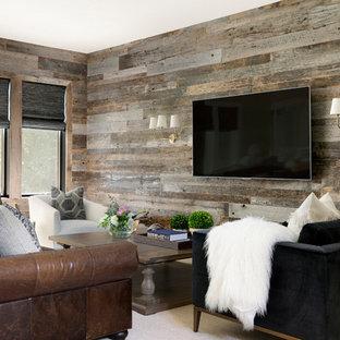 Modelo de sala de estar costera, de tamaño medio, sin chimenea, con paredes marrones, moqueta, televisor colgado en la pared y suelo beige