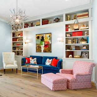 タンパの中サイズのビーチスタイルのおしゃれなファミリールーム (青い壁、無垢フローリング、茶色い床) の写真
