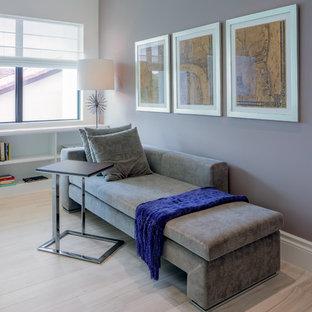 Esempio di un soggiorno tradizionale di medie dimensioni e chiuso con libreria, pareti viola, parquet chiaro e nessuna TV