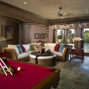 Ispirazione per un grande soggiorno costiero aperto con sala giochi, pareti marroni, pavimento in ardesia e parete attrezzata