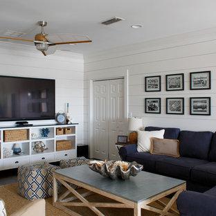ジャクソンビルの小さいビーチスタイルのおしゃれな独立型ファミリールーム (白い壁、濃色無垢フローリング、据え置き型テレビ、茶色い床) の写真
