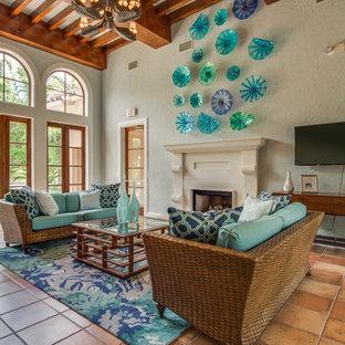 Immagine di un soggiorno stile marinaro di medie dimensioni e chiuso con pareti blu, pavimento in terracotta, camino classico, TV a parete e pavimento arancione