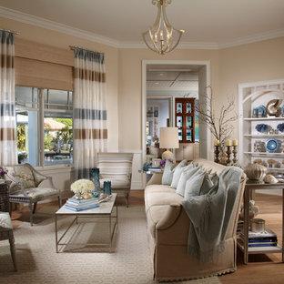 Foto di un soggiorno tropicale con pareti beige, pavimento in legno massello medio e nessuna TV