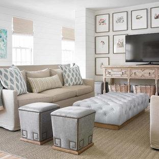 Foto di un ampio soggiorno stile marino aperto con pareti bianche, parquet chiaro, nessun camino e TV autoportante