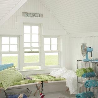 タンパの中サイズのビーチスタイルのおしゃれなファミリールーム (白い壁、コンクリートの床、暖炉なし、白い床) の写真