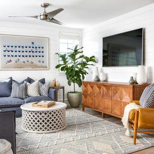 Idéer för mellanstora maritima allrum med öppen planlösning, med vita väggar, ljust trägolv, en väggmonterad TV och beiget golv