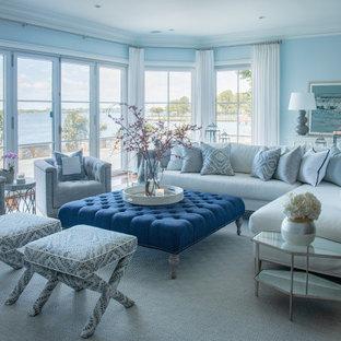 マイアミの大きいビーチスタイルのおしゃれなファミリールーム (青い壁、濃色無垢フローリング、茶色い床) の写真