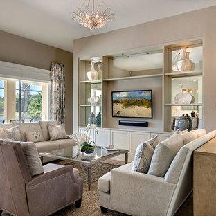 Immagine di un soggiorno tradizionale aperto con pareti beige, pavimento in travertino e parete attrezzata
