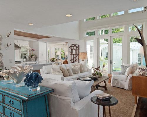 Offenes Shabby Look Wohnzimmer Mit Weißer Wandfarbe, Dunklem Holzboden Und  Wand TV In