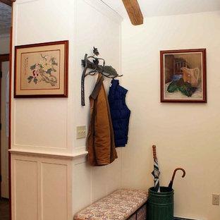 Ejemplo de sala de estar abierta, rural, pequeña, con paredes blancas, suelo de madera en tonos medios, chimenea de esquina y marco de chimenea de metal