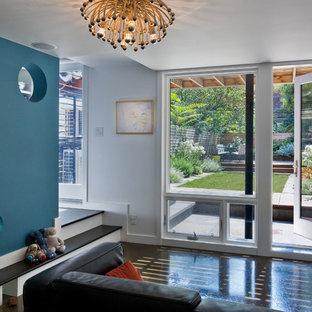 Modernes Wohnzimmer mit Betonboden und weißer Wandfarbe in New York