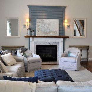 Foto di un ampio soggiorno tradizionale stile loft con pareti grigie, parquet scuro, camino classico, cornice del camino in legno, parete attrezzata e pavimento verde