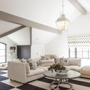 Großes, Offenes Klassisches Wohnzimmer ohne Kamin mit weißer Wandfarbe, Teppichboden und buntem Boden in Dallas
