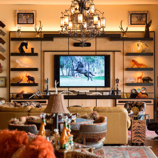 Foto di un grande soggiorno boho chic aperto con pareti beige, pavimento in sughero, nessun camino e TV a parete