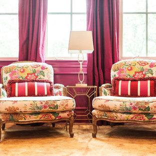 Diseño de sala de juegos en casa cerrada, clásica renovada, grande, con paredes rosas, suelo de madera en tonos medios y televisor colgado en la pared