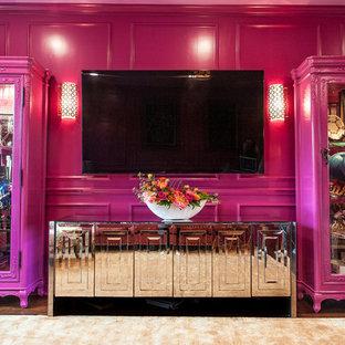 Exemple d'une grande salle de séjour chic avec un mur rose, un sol en bois brun et un téléviseur fixé au mur.