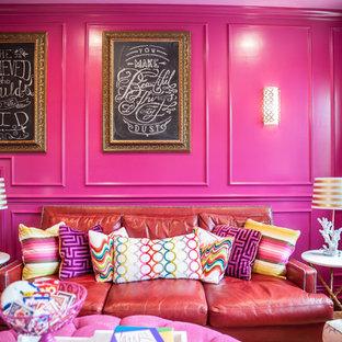 オースティンの大きいトランジショナルスタイルのおしゃれな独立型ファミリールーム (ゲームルーム、ピンクの壁、壁掛け型テレビ) の写真