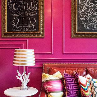 Inspiration pour une grande salle de séjour traditionnelle avec salle de jeu, un mur rose, un sol en bois brun et un téléviseur fixé au mur.