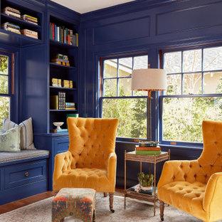 Inspiration pour une salle de séjour traditionnelle avec un mur bleu, un sol en bois brun, un sol marron et du lambris.