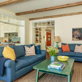 Cette image montre une grande salle de séjour rustique ouverte avec un mur jaune, un sol en bois clair et un sol bleu.