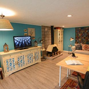 フィラデルフィアの大きいエクレクティックスタイルのおしゃれな独立型ファミリールーム (青い壁、淡色無垢フローリング、薪ストーブ、金属の暖炉まわり、据え置き型テレビ、茶色い床) の写真