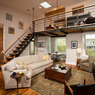 Ispirazione per un grande soggiorno industriale con TV autoportante, pareti bianche, pavimento in legno massello medio e nessun camino