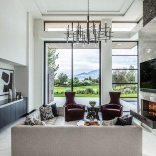 ロサンゼルスのコンテンポラリースタイルのおしゃれなオープンリビング (大理石の床、壁掛け型テレビ、白い床、白い壁、横長型暖炉) の写真
