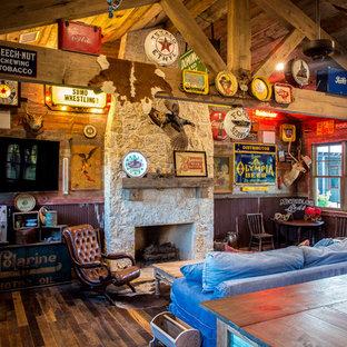 Exemple d'une salle de séjour montagne de taille moyenne et fermée avec un sol en bois foncé, une cheminée standard, un manteau de cheminée en pierre, un téléviseur fixé au mur, un bar de salon et un mur marron.