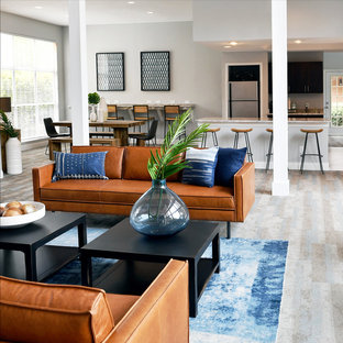 Immagine di un ampio soggiorno eclettico aperto con pareti grigie, moquette, nessun camino e pavimento blu