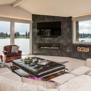 На фото: открытая гостиная комната среднего размера в современном стиле с фиолетовыми стенами, ковровым покрытием, горизонтальным камином, фасадом камина из металла и телевизором на стене