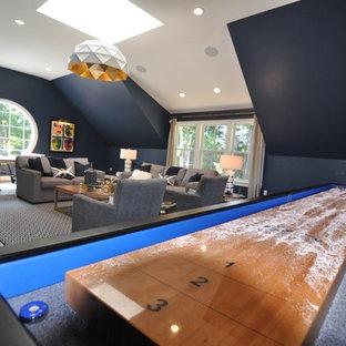 ボストンの中サイズのミッドセンチュリースタイルのおしゃれな独立型ファミリールーム (ゲームルーム、青い壁、無垢フローリング) の写真