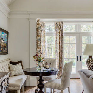 Foto på ett mellanstort lantligt allrum med öppen planlösning, med vita väggar, mellanmörkt trägolv, en standard öppen spis, en väggmonterad TV och brunt golv