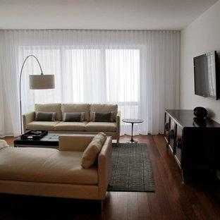 Diseño de sala de estar cerrada, vintage, pequeña, sin chimenea, con paredes blancas, suelo de madera en tonos medios y televisor colgado en la pared