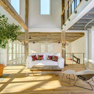Offenes Landhaus Wohnzimmer ohne Kamin mit braunem Holzboden in Bridgeport