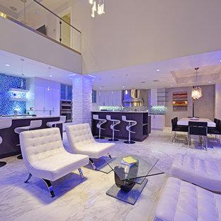 Foto di un grande soggiorno minimal aperto con angolo bar, pareti bianche, pavimento in marmo, camino lineare Ribbon, cornice del camino piastrellata e TV a parete