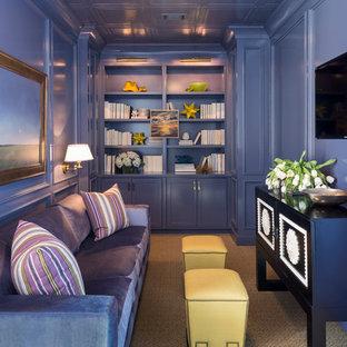 Ejemplo de sala de estar contemporánea, pequeña, con televisor colgado en la pared y paredes púrpuras