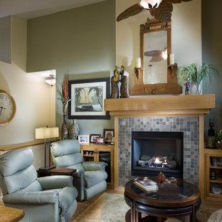 Idee per un soggiorno boho chic di medie dimensioni e aperto con cornice del camino piastrellata, pareti verdi, pavimento in bambù e camino classico