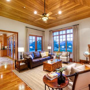 Foto de sala de estar cerrada, de estilo americano, de tamaño medio, con paredes blancas, suelo de madera en tonos medios, chimenea de esquina, marco de chimenea de ladrillo y pared multimedia