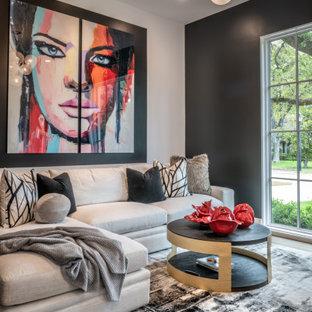Idee per un soggiorno minimal di medie dimensioni e chiuso con pareti bianche, parquet chiaro, TV a parete e pavimento giallo