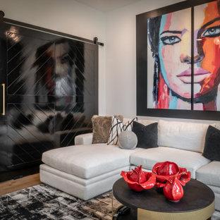 Foto di un soggiorno design di medie dimensioni e chiuso con pareti bianche, parquet chiaro, TV a parete e pavimento giallo