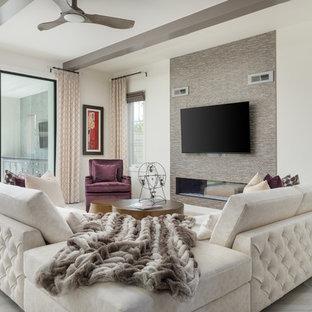 Diseño de sala de estar abierta, actual, de tamaño medio, con paredes blancas, suelo de madera clara, chimenea lineal, televisor colgado en la pared y suelo beige